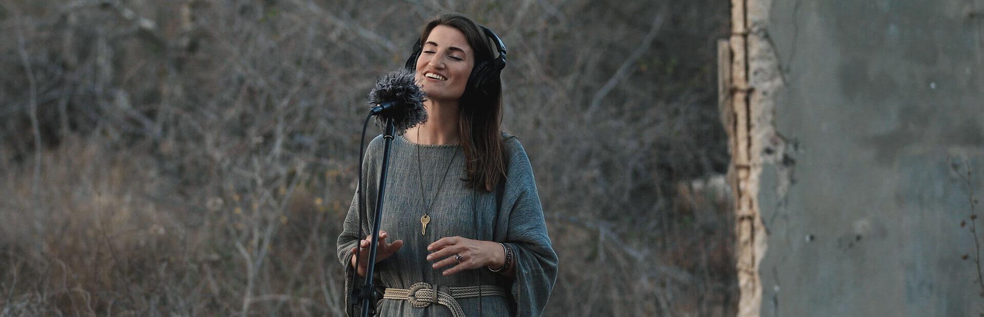 cora-rose-singer-songwriter-here-we-listen-header